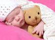 Neugeborenes mit Teddybär