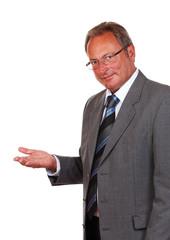 Mann präsentiert auf Handfläche