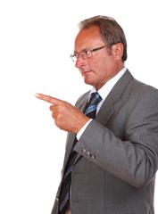 Mann zeigt auf Produkt