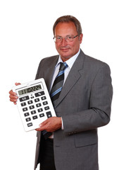 Mann mit großem Taschenrechner