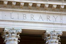 Les lettres bibliothèque sur un bâtiment universitaire