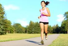 Sport fitness femme en cours d'exécution