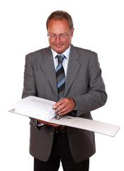 Mann im Anzug mit Aktenordner