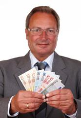 Mann mit Geldfächer, Fokus auf dem Geld