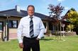 Immobilienmakler vor Eigenheim