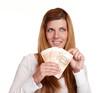 junge Frau mit Geldfächer