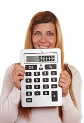 Frau mit großem Taschenrechner
