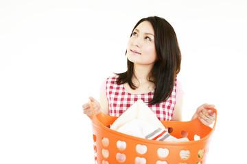 洗濯物を持った笑顔の女性
