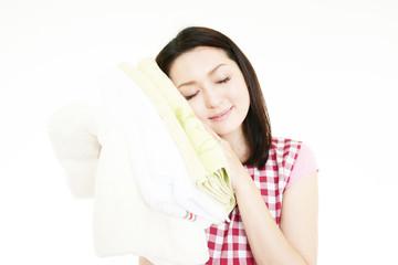 洗濯の出来に満足している笑顔の女性