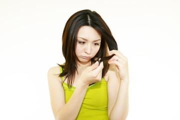 枝毛が不満な女性
