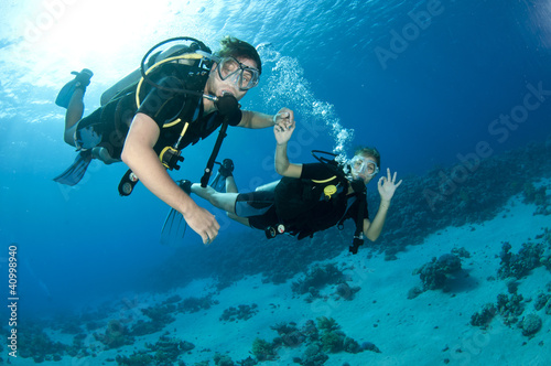 man and woman scuba dive togeather - 40998940
