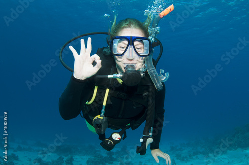 Fotobehang Duiken scuba diver makes OK sign