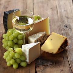 Weißwein mit verschiedenen Käsesorten