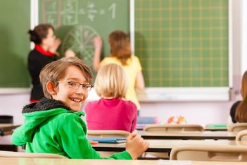 Lehrerin mit Schüler in einer Schule beim Unterricht