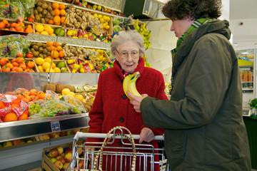 Ältere Dame mit Betreuerin beim Einkaufen