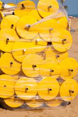 verpackte Sonnenschirmständer am Strand 1