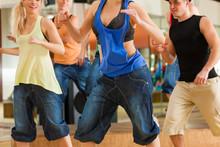 Zumba - taniec młodych ludzi w studiu tańca