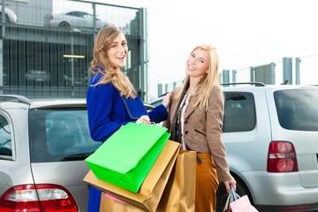Zwei Frauen waren shoppen und fahren heim