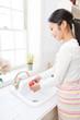 トマトを洗う若い女性