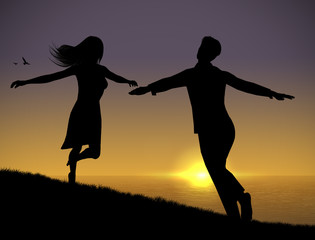 Innamorati che corrono al tramonto