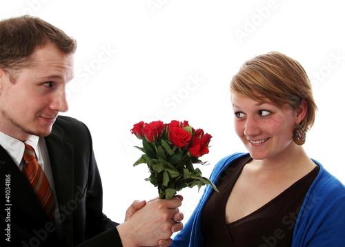 Mann schenkt Frau Bluemstrauss