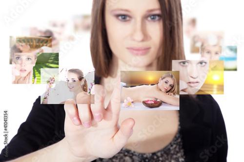 Junge Frau wählt virtuell ihren Traum Urlaub
