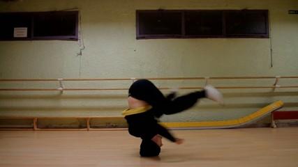 Danseur de hip-hop qui tourne sur la tête, headspin,cirque