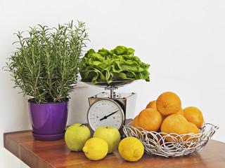 limoni e arance sul piano di legno in cucina