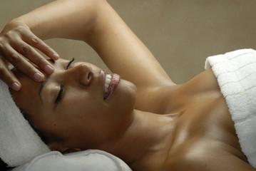 Joven mujer latina relajándose en un spa.Morena en un spa.