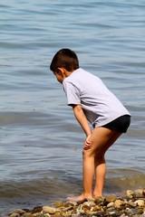 bambino che osserva l'acqua del lago