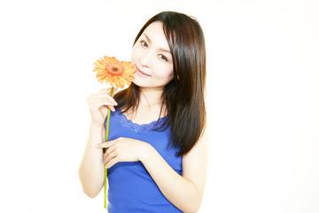花を持つ美しい日本女性