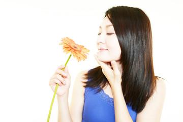 花の香に満足する女性