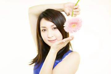 花を持つ綺麗な女性