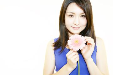 ガーベラの花と美しい日本女性