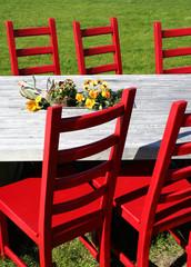 Tafel mit roten Stühlen