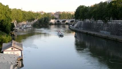Roma - Battello sul Tevere al tramonto