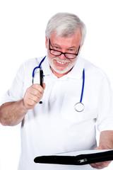 Arzt mit Kugelschreibe in der Hand und Mappe