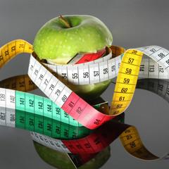 angebissener Apfel mit Maßband