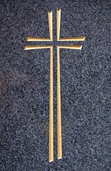 Goldenes Kreuz auf dunklem Hintergrund