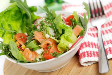 Bunter Salat mit Räucherlachs
