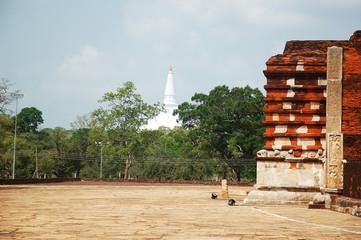 Dagoba de Medirigiriya devant dagoba d'Anaradhapura