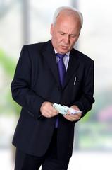 Mann mit Geldscheinen im Büro
