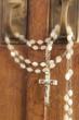 Rosenkranz mit Christus am Kreuz an Tür