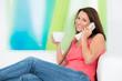junge frau telefoniert bequem von zuhause