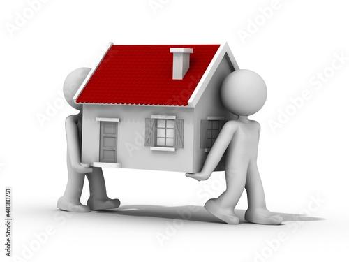 2 humains transportent une maison