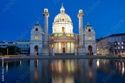 Karlskirche am Abend