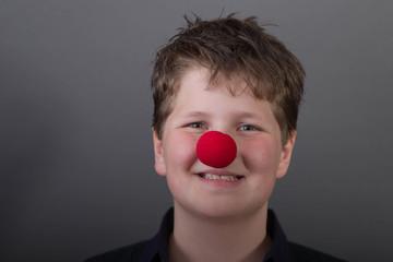 Glücklicher Junge mit roter Nase