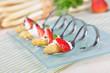 Häppchen mit frischem Spargel, Erdbeeren und Dressing