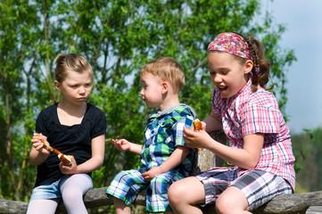 Kinder mit Laugengebäck in der Natur