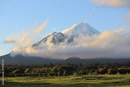 Fotobehang Nieuw Zeeland Taranaki (Mt.Egmont) volcano covered with snow, New Zealand